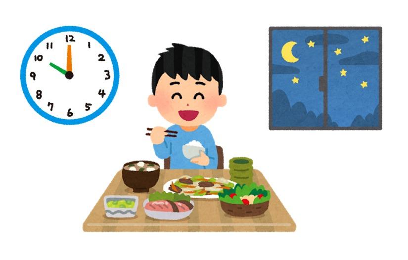 夜遅くにご飯を食べる少年